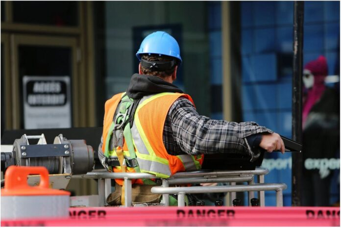 How to Ensure the Safety of Your Employees When Working With Equipment